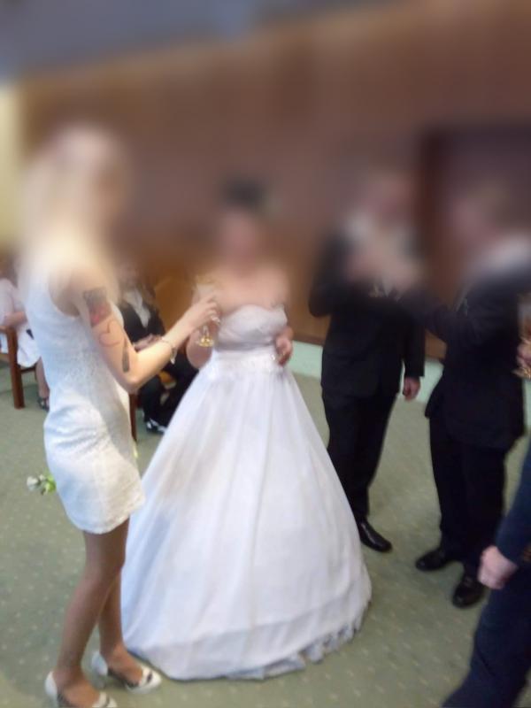 Prodám. Krásné korzetove svatební šaty s vlečkou, závojem, t